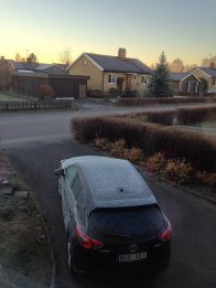 samochód przed domem